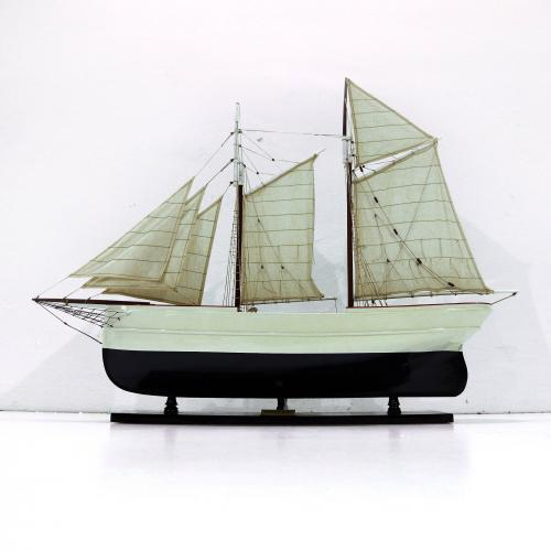 Handmade speed boat model of the Wanderbird
